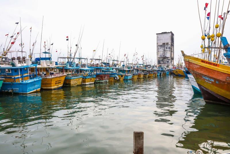 Os barcos de pesca estão no porto de Galle, Sri Lanka fotografia de stock royalty free