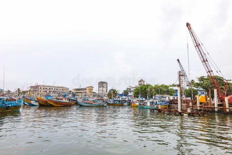 Os barcos de pesca estão no porto de Galle, Sri Lanka foto de stock royalty free