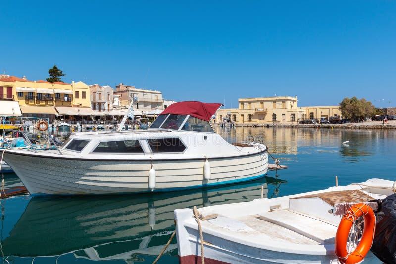 Os barcos de pesca gregos tradicionais são amarrados no porto da cidade de Rethimno fotografia de stock