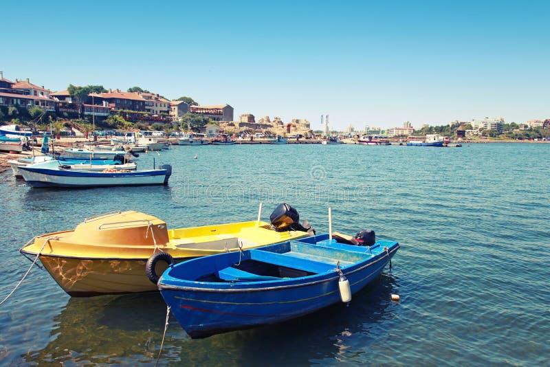 Os barcos de pesca pequenos amarraram na cidade de Nessebar, Bulgária imagens de stock