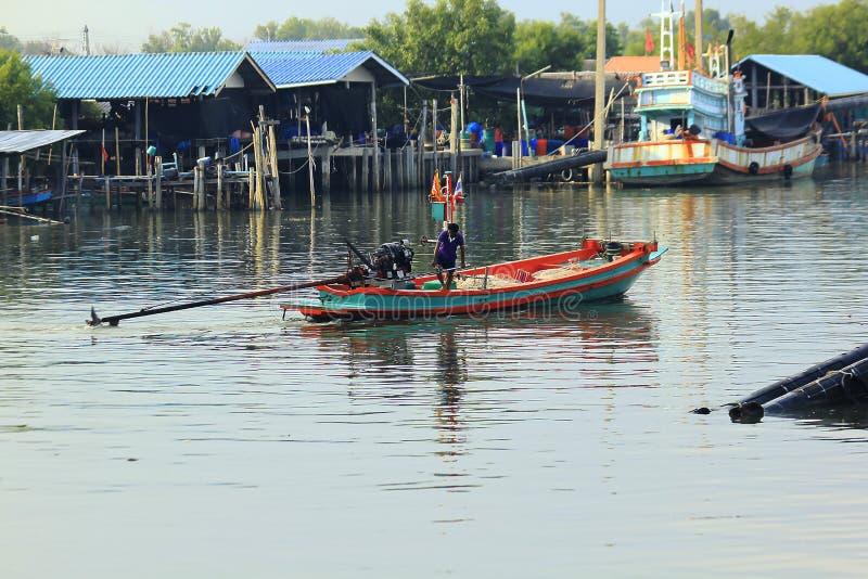 Os barcos de pesca pequenos estão navegando afastado imagem de stock