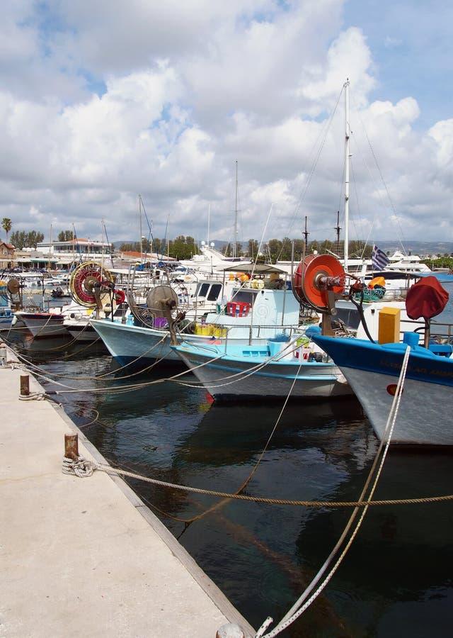 Os barcos de pesca tradicionais coloridos amarraram no porto nos paphos Chipre imagem de stock royalty free