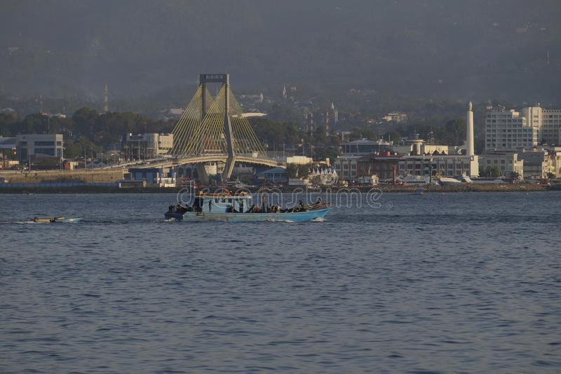 Os barcos de pesca vão ao mar no ajuste urbano de Manado imagem de stock royalty free