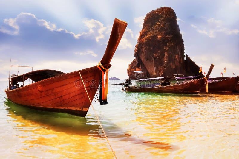 Os barcos de turista tailandeses tradicionais no Railay encalham Província de Krabi foto de stock royalty free