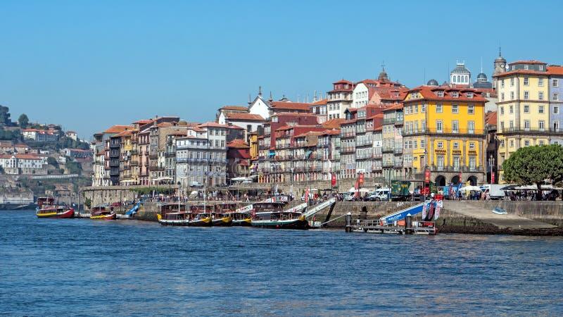 Os barcos do cruzeiro amarraram na margem de Ribeira, Porto, Portugal foto de stock royalty free