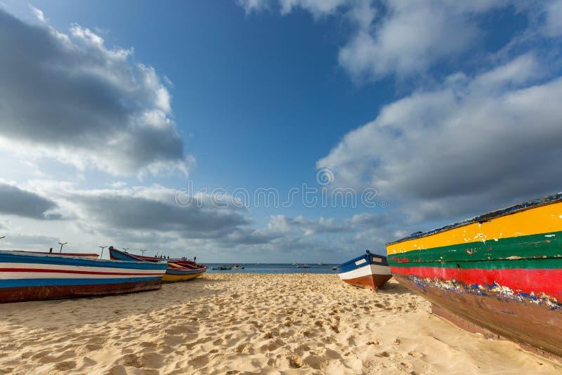 Os barcos do pescador colorido na praia imagens de stock royalty free