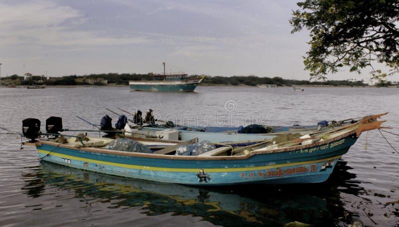 Os barcos do pescador que esperam o pescador com caixa de gelo imagens de stock