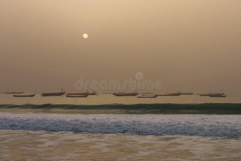 Os barcos dos pescadores no Nouakchott, Mauritânia (no por do sol) fotografia de stock