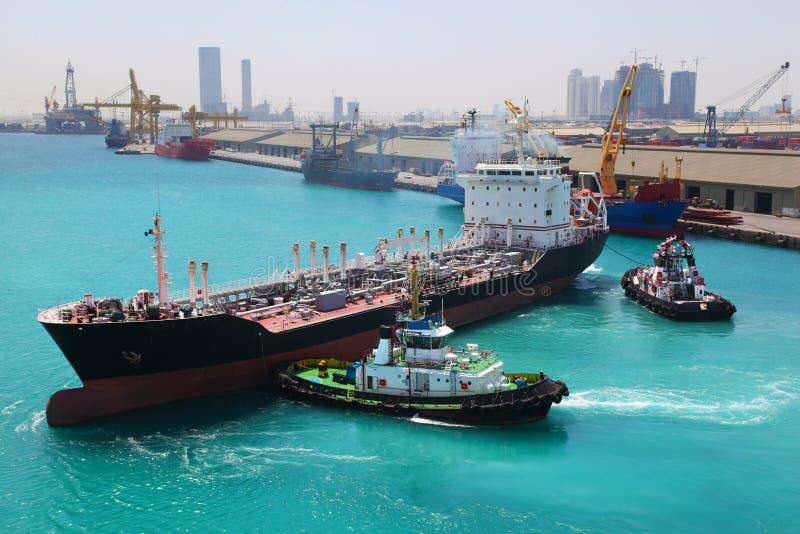 Os barcos entraram ao navio industrial na vela portuária fotos de stock royalty free