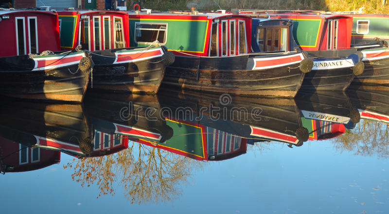 Os barcos estreitos amarraram em Wrenbury no canal de Llangollen imagem de stock royalty free