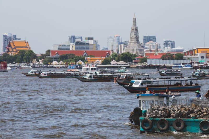 Os barcos expressos estão na maneira de entregar passageiros em Chao Phraya River fotos de stock royalty free