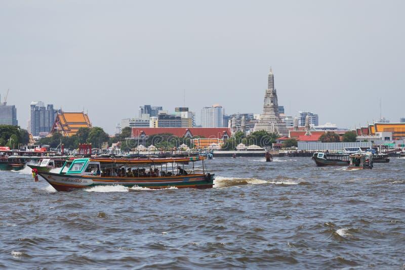 Os barcos expressos estão na maneira de entregar passageiros em Chao Phraya River imagem de stock royalty free
