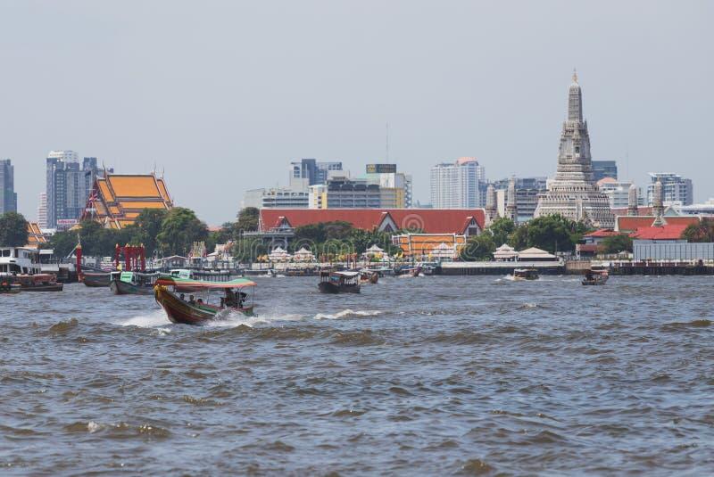 Os barcos expressos estão na maneira de entregar passageiros em Chao Phraya River fotos de stock