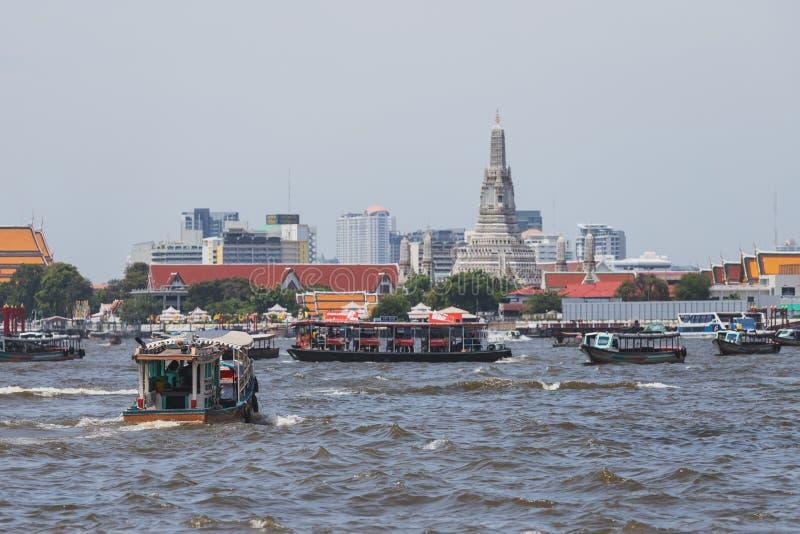 Os barcos expressos estão na maneira de entregar passageiros em Chao Phraya River imagem de stock