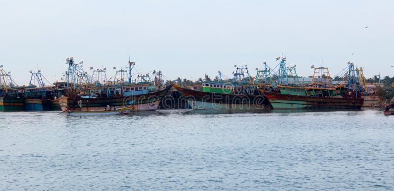 Os barcos grandes do pescador que esperam os pescadores fotos de stock royalty free