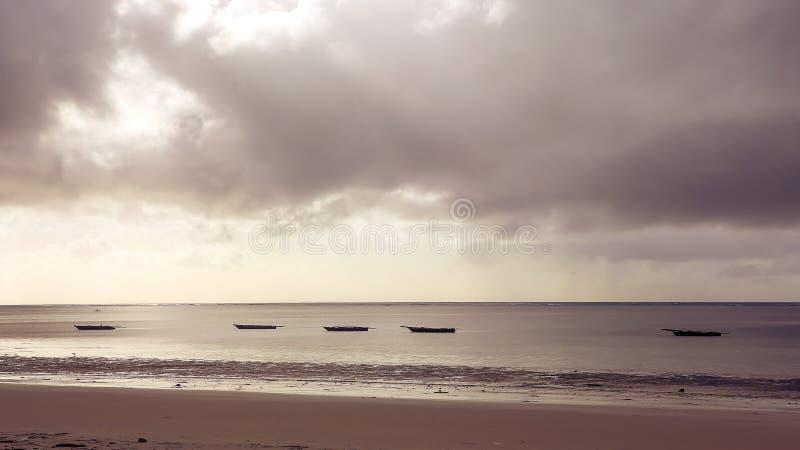 Os barcos no oceano latem em uma tarde ensolarada Barcos de pesca no th imagem de stock