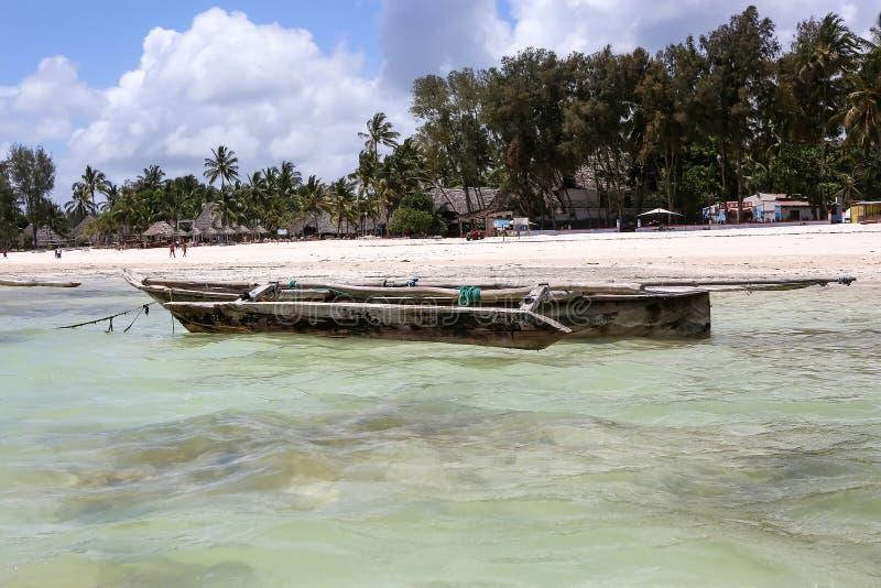Os barcos no oceano latem em uma tarde ensolarada Barcos de pesca no th imagem de stock royalty free