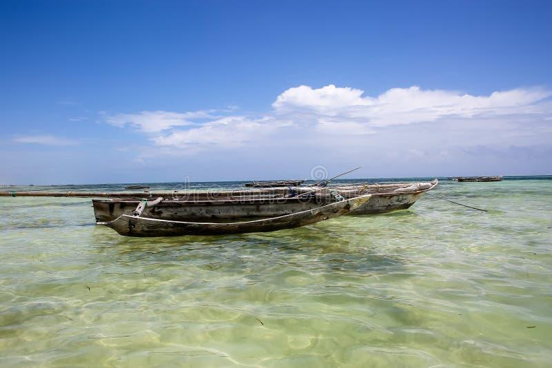 Os barcos no oceano latem em uma tarde ensolarada Barcos de pesca no th imagens de stock royalty free