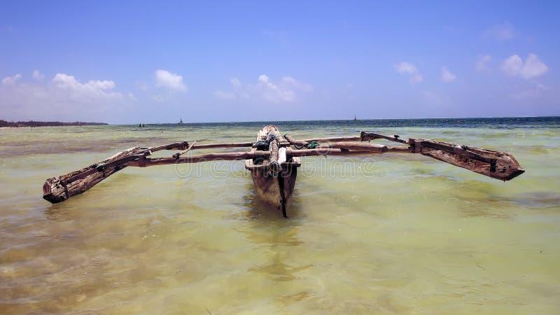 Os barcos no oceano latem em uma tarde ensolarada Barcos de pesca no th imagens de stock