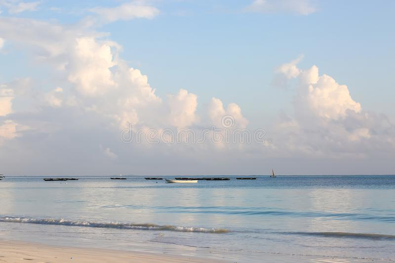 Os barcos no oceano latem em uma tarde ensolarada Barcos de pesca no th fotos de stock