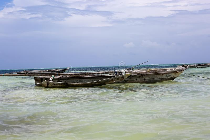 Os barcos no oceano latem em uma tarde ensolarada Barcos de pesca no th foto de stock royalty free