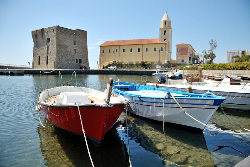 Os barcos no porto de Acciaroli, parque nacional de Cilento salerno imagem de stock