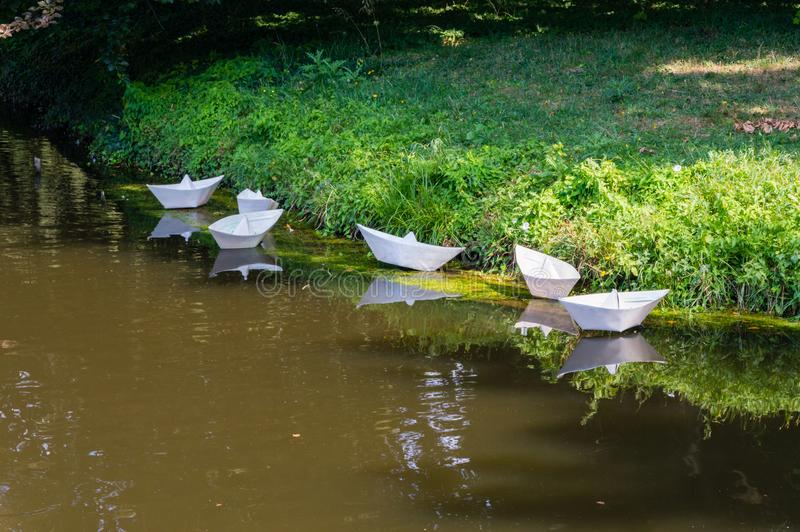 Os barcos olham como o barco de papel no parque fotos de stock