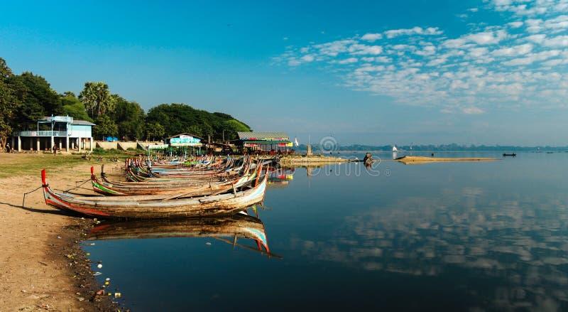 Os barcos perto de Taungthaman suportam, Amarapura, Myanmar imagens de stock royalty free