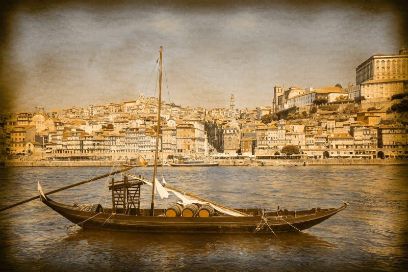 Os barcos portugueses típicos usados no passado para transportar o vintage famoso do vinho portuário e em efeitos retros da foto  imagens de stock royalty free