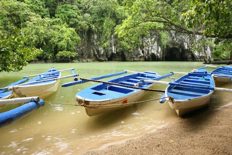 Os barcos sentam-se próximo no parque nacional do rio subterrâneo de Puerto Princesa fotografia de stock royalty free