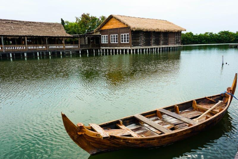 Os barcos tradicionais estão inclinando-se em uma doca quieta É tipo doca do passeio à beira mar fotografia de stock royalty free
