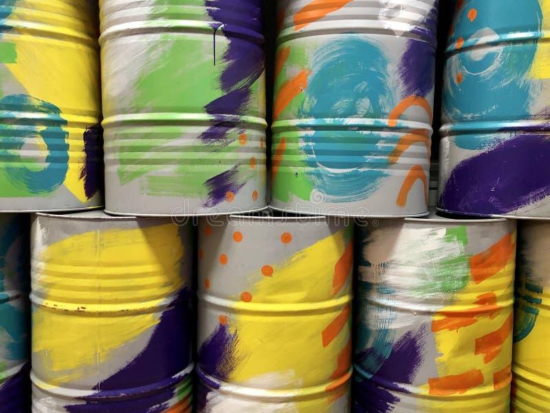 Os barris de metal são multicoloridos Textura de fundo: os barris são pintados em cores diferentes Recipientes redondos fotografia de stock royalty free