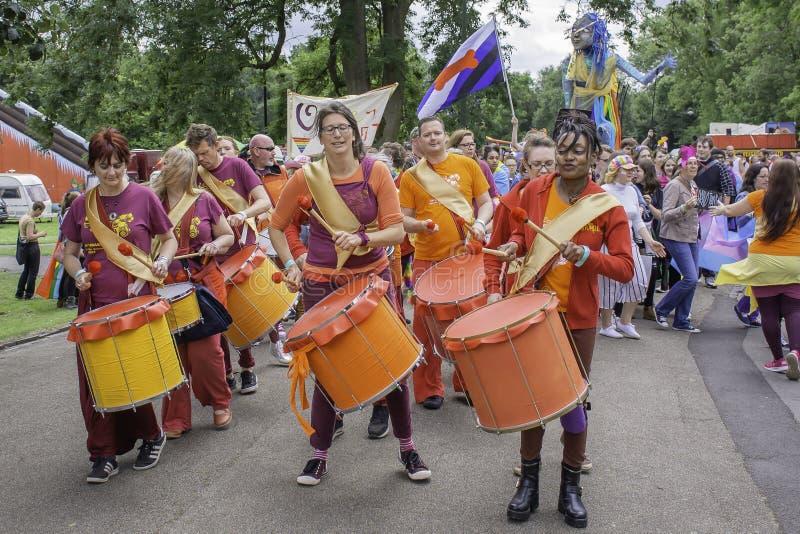 Os bateristas no evento do orgulho de LGBT avivam dentro em Trent, Reino Unido imagens de stock