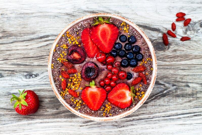 Os batidos dos superfoods do café da manhã de Acai rolam com sementes do chia, pólen da abelha, coberturas da baga do goji e mant fotos de stock