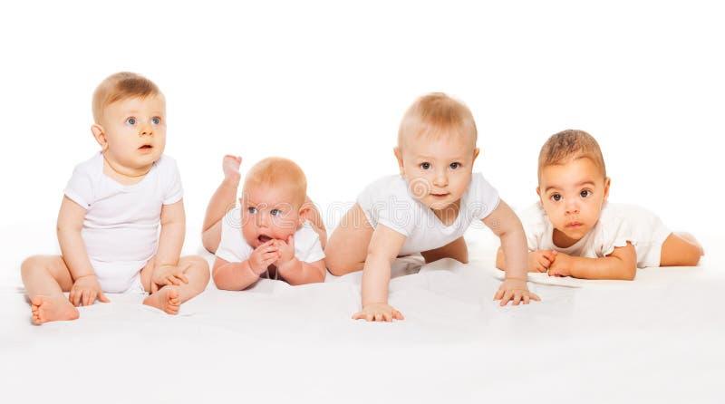 Os bebês bonitos rastejam em seguido bodysuit branco vestindo foto de stock