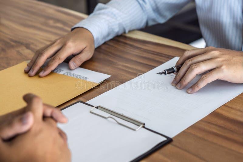 Os bens imobiliários do seguro ou do empréstimo, o corretor do agente e o acordo de contrato de assinatura do cliente aprovados p fotos de stock royalty free