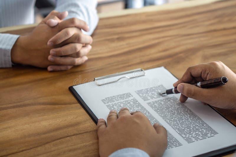 Os bens imobiliários do seguro ou do empréstimo, o corretor do agente e o acordo de contrato de assinatura do cliente aprovados p imagens de stock