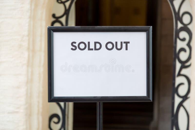 Os bens imobiliários ou os bilhetes para fora vendidos assinam antes da entrada Espaço livre para seu texto imagens de stock royalty free