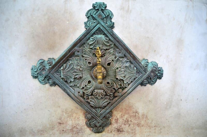 Os bicos de bronze da fonte sobre bacias no lado da fonte alemão são Istambul, Turquia imagem de stock