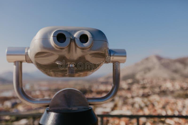 Os binóculos do turista fecham-se acima do verso imagem de stock royalty free