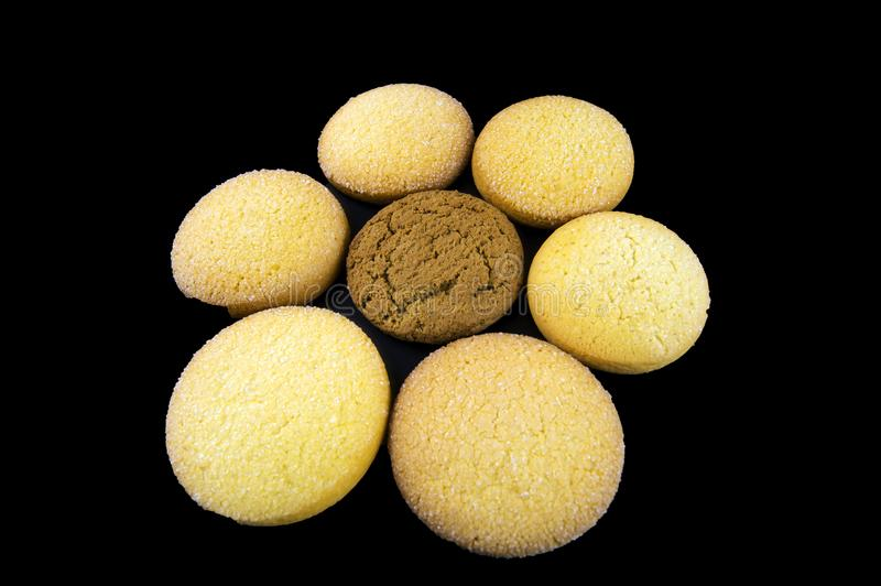 Os biscoitos da farinha de aveia e do milho são apresentados sob a forma de uma flor imagem de stock royalty free