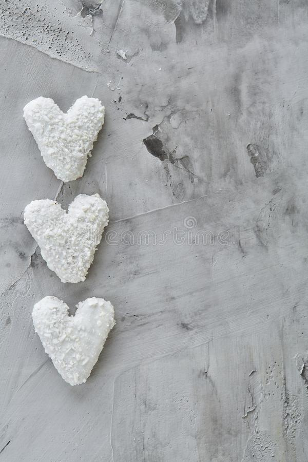 Os biscoitos de Coconat arranjados no teste padrão na luz textured o fundo, close-up, profundidade de campo rasa, foco seletivo imagem de stock