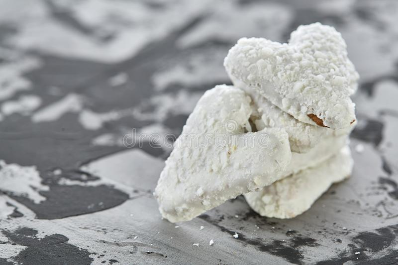 Os biscoitos de Coconat arranjados no teste padrão na luz textured o fundo, close-up, profundidade de campo rasa, foco seletivo imagens de stock royalty free