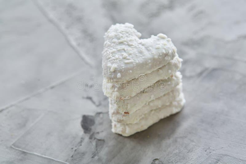 Os biscoitos de Coconat arranjados no teste padrão na luz textured o fundo, close-up, profundidade de campo rasa, foco seletivo fotos de stock