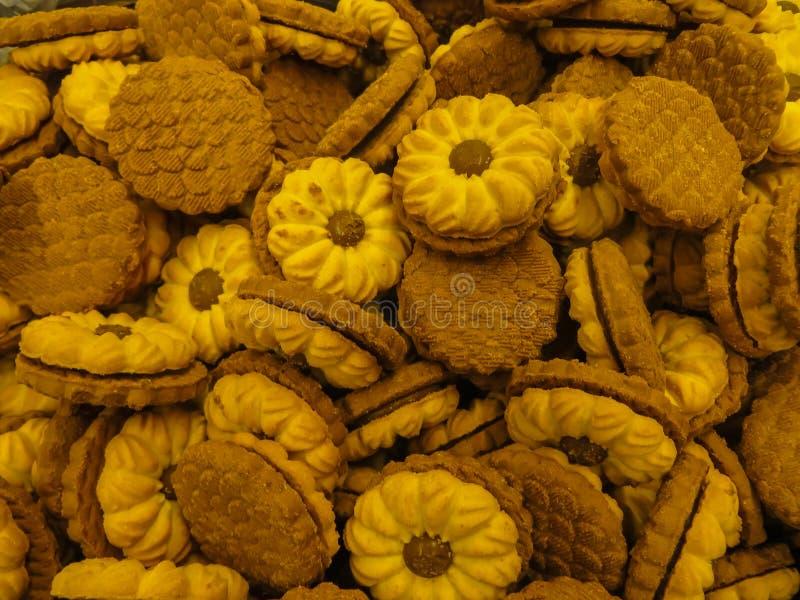 Os biscoitos do biscoito amanteigado deram forma como uma flor da margarida com doce no meio fotos de stock