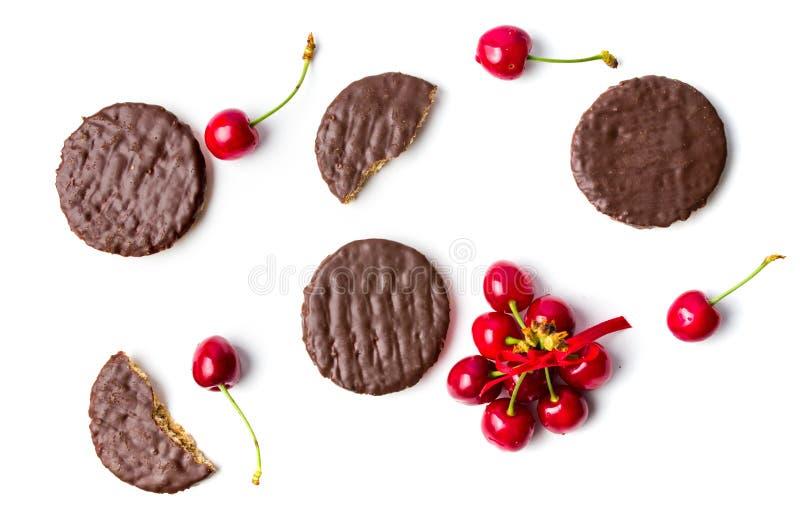 Os biscoitos e os frutos da cereja isolaram flatlay imagem de stock