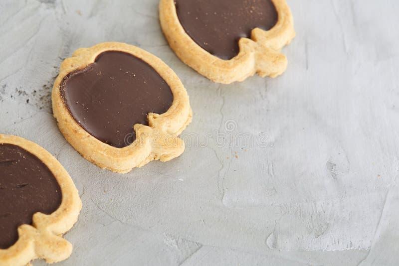 Os biscoitos pomiformes arranjados nas fileiras na luz textured o fundo, close-up, profundidade de campo rasa, foco seletivo imagem de stock royalty free