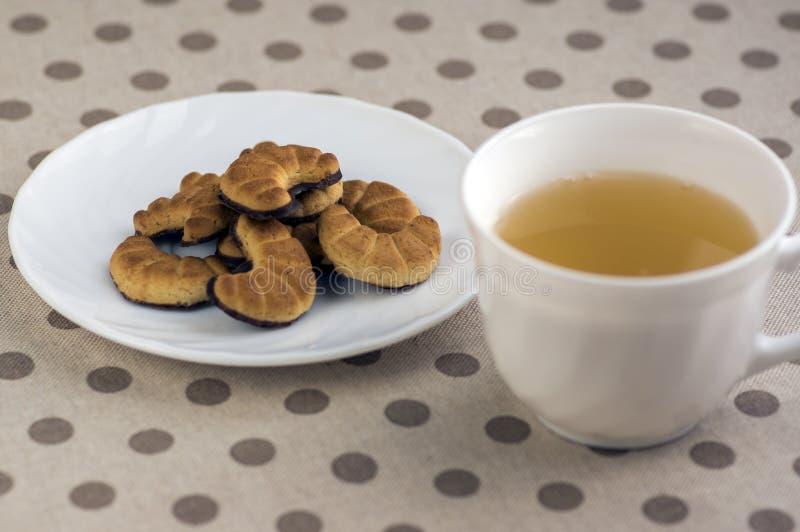 Os biscoitos rolam na placa branca, doces saborosos do chocolate para a ruptura de chá imagem de stock