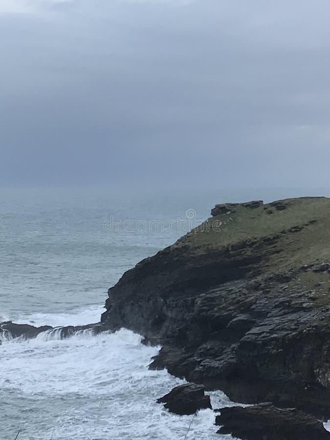 Os blefes que negligenciam o Oceano Atlântico em Tintagel, Cornualha em janeiro imagem de stock