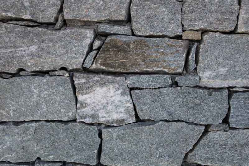 Os blocos da rocha do granito juntaram-se junto a formar a parede na referência da montanha foto de stock royalty free